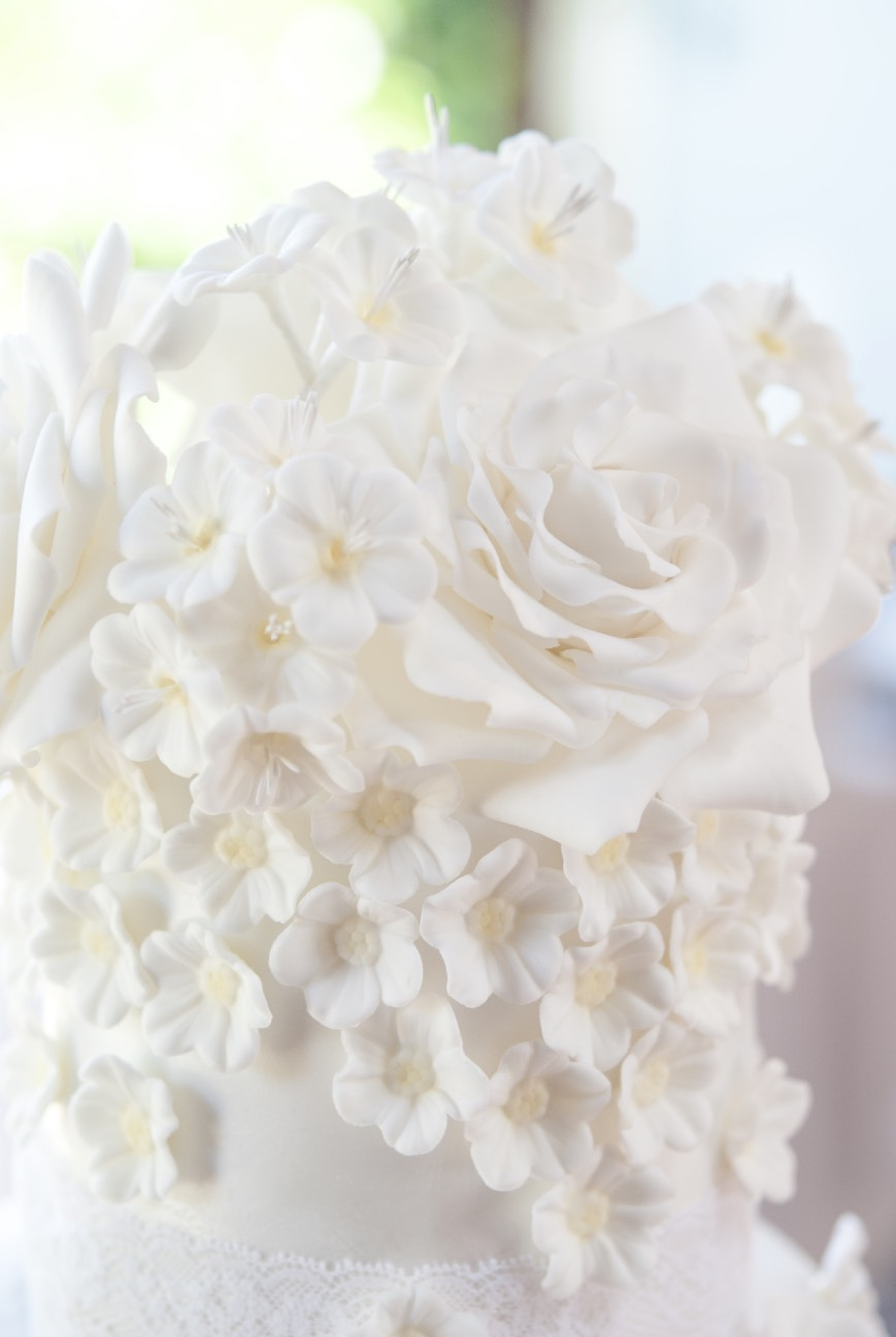 ruffle-roses-bridal-barcelona-weddings-merickes-white-blooms-wedding-cake-tarta-de-boda-tartas-barcelona-fondant