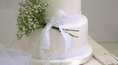 Delicate white wedding cake (tarta de boda Barcelona)