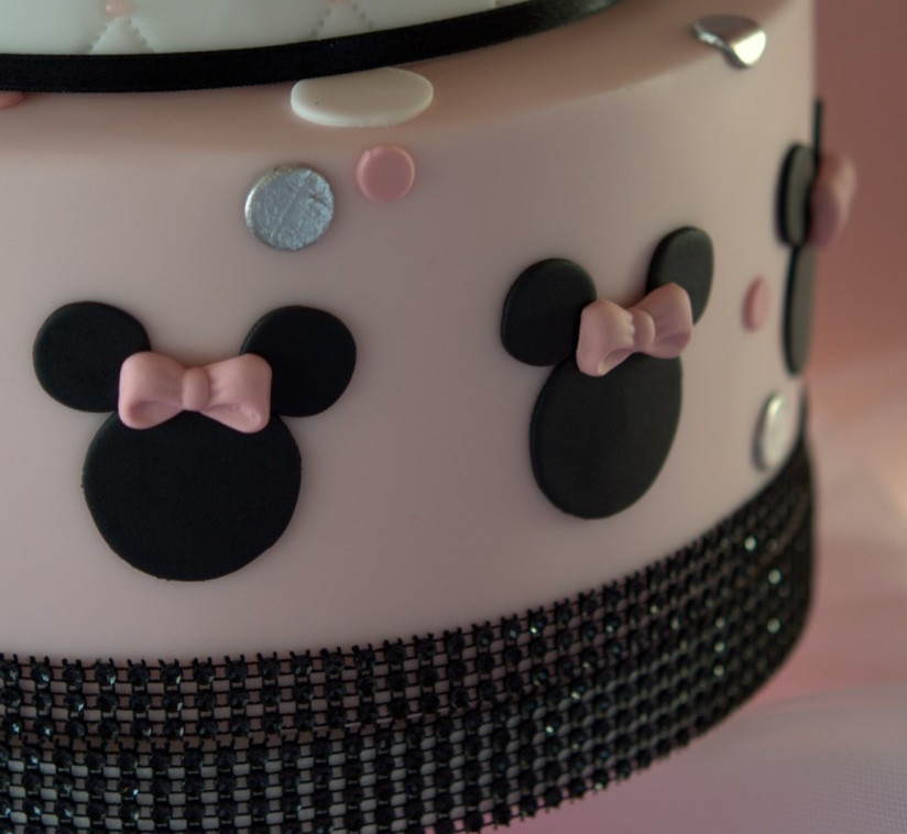 tarta Minnie Mousse, tartas barcelona, tartas decoradas, Mericakes, tarta infantil, Disney, rosa, fondant, cumpleaños, vainilla y frambuesas, tartas deliciosas, ruffle, capitone, topos, polka dots, purpurina, lazo, bow, sugarcraft, cake decorating, cake designer, fiesta tematica, plata, silvear, pink, black, mesa dulce, sweet table.