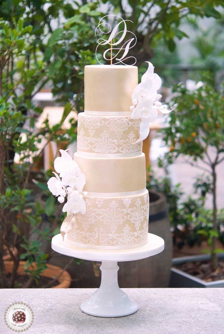 damask-orchid-wedding-cake-tarta-de-boda-mericakes-melia-sky-flores-de-azucar-sugarcraft-fondant-cake-designer-monogram-barcelona-wedding-platano-canela-bridal-satin
