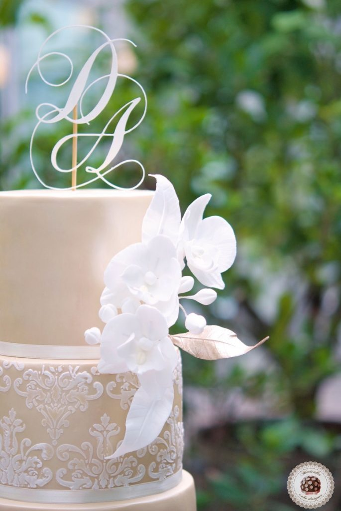 damask-orchid-wedding-cake-tarta-de-boda-mericakes-melia-sky-flores-de-azucar-sugarcraft-fondant-cake-designer-monogram-barcelona-wedding-platano-canela-bridal-satin-1