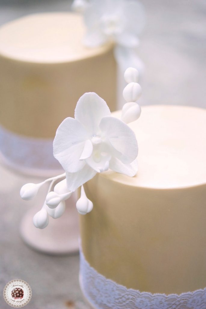 damask-orchid-wedding-cake-tarta-de-boda-mericakes-melia-sky-flores-de-azucar-sugarcraft-fondant-cake-designer-monogram-barcelona-wedding-platano-canela-bridal-satin-7
