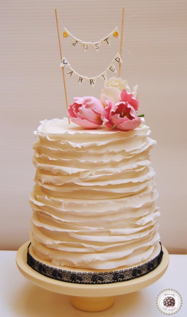 lace-encaje-pastel-tarta-de-pisos-tarta-tarta-de-boda-ruffle-volantes-tulipanes-tulip-sugarflowers-flores-de-azucar-sugarcraft-sugar-art-gum-paste-white-bridal-wedding-cake-