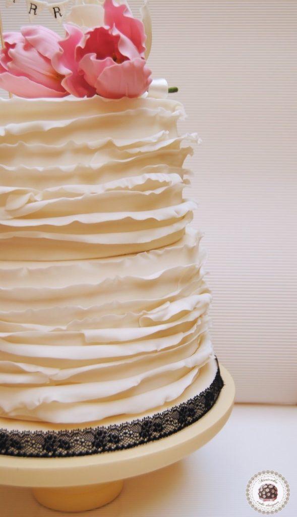 lace-encaje-pastel-tarta-de-pisos-tarta-tarta-de-boda-ruffle-volantes-tulipanes-tulip-sugarflowers-flores-de-azucar-sugarcraft-sugar-art-gum-paste-white-bridal-wedding-cake_fotor