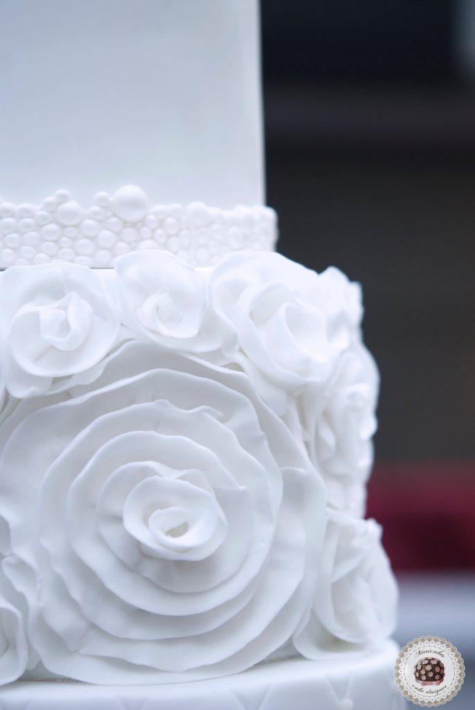 wedding-cake-tarta-de-boda-mericakes-pastel-ruffle-volantes-sugarcraft-cake-designer-disenadora-de-tartas-boda-bridal-cake-barcelona-white-cake-fondant-tartas-decoradas-cake-decor-rose