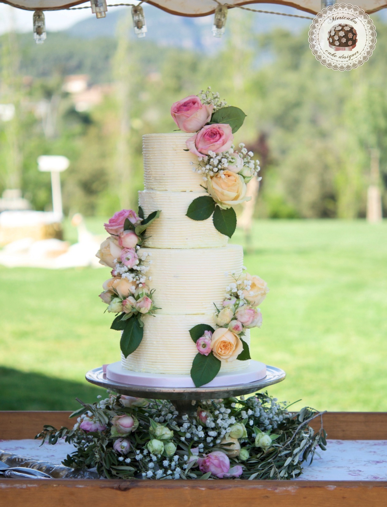 Cream wedding cake, tarta de boda, stripes, fres flowers cake, mericakes, spain wedding, bodas barcelona, can ribas, red velvet, roses, mascarpone, swiss buttercream, barcelona, bodas reales 9