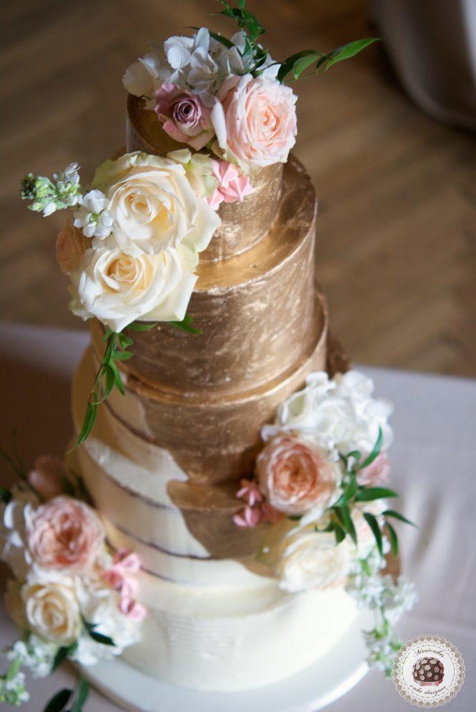 Semi naked cake, gold cake, oro, gold wedding, fresh flowers, mericakes, tartas de boda, wedding cake, la baronia, wedding flowers, roses, cake artist, barcelona, champagne 4