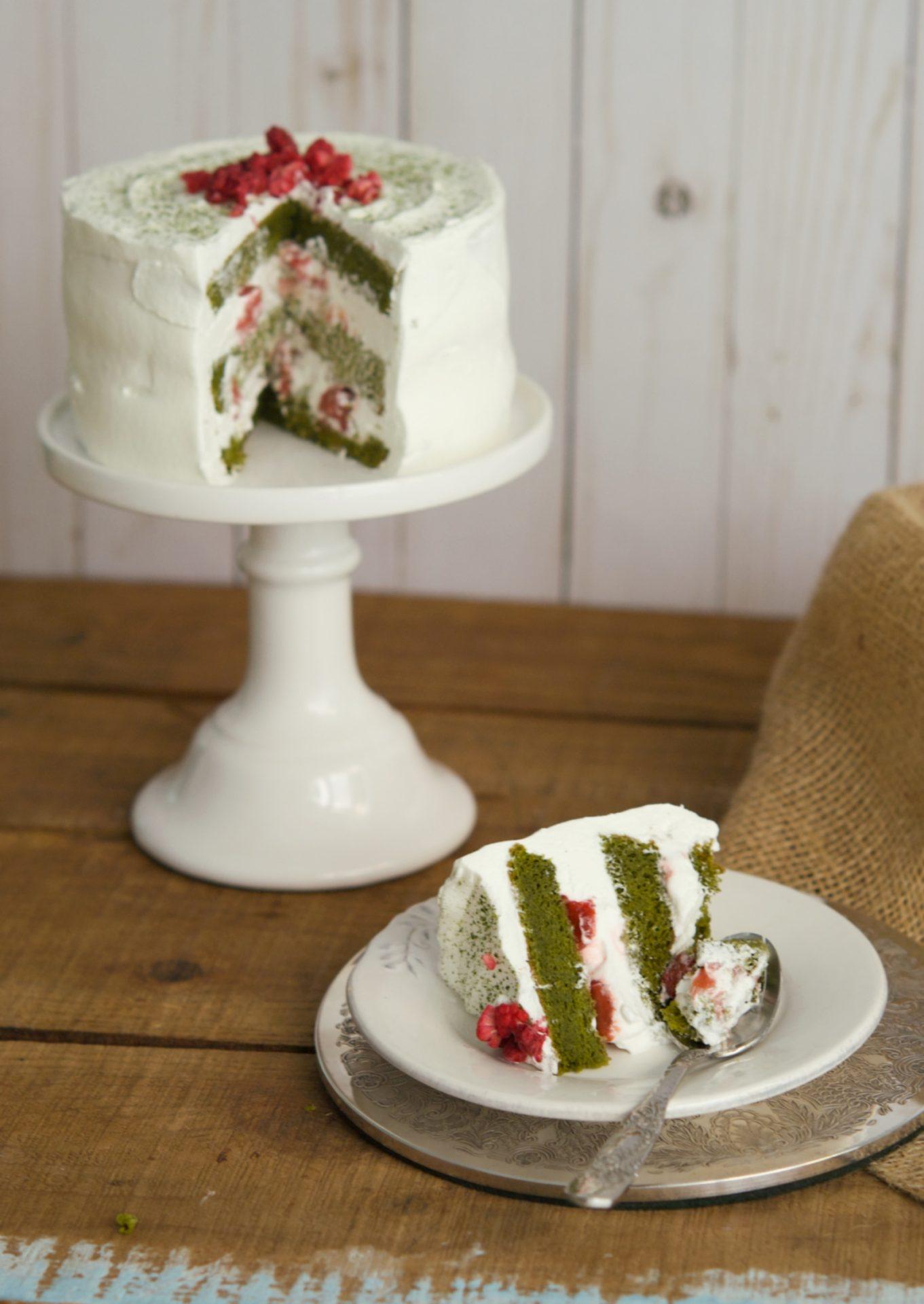 Tarta de té matcha con fresas maceradas y nata